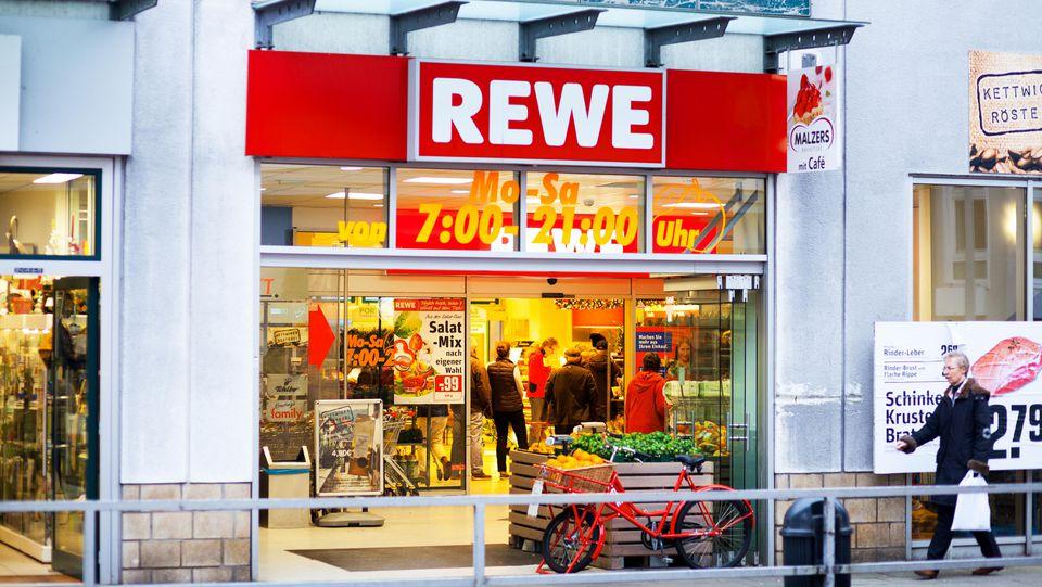 Die Supermarktkette Rewe sucht aktuell dringend Mitarbeiter.