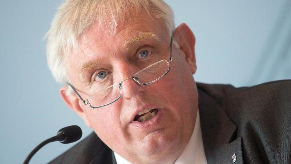 Karl-Josef Laumann (CDU), Gesundheitsminister von NRW, spricht zur Presse. Foto: Federico Gambarini/dpa/Archivbild