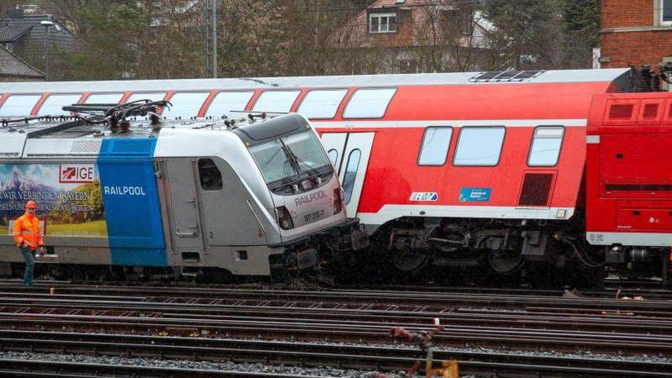 Entgleiste Züge stehen im Hauptbahnhof. Foto: Andre Höfig/dpa/Archiv