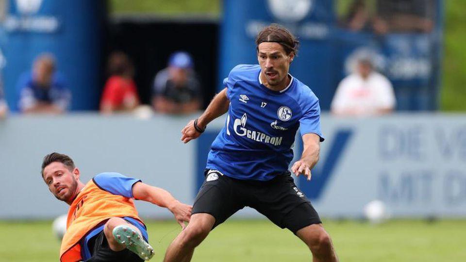 Schalkes Benjamin Stambouli (r)in Aktion. Foto: Tim Rehbein/dpa