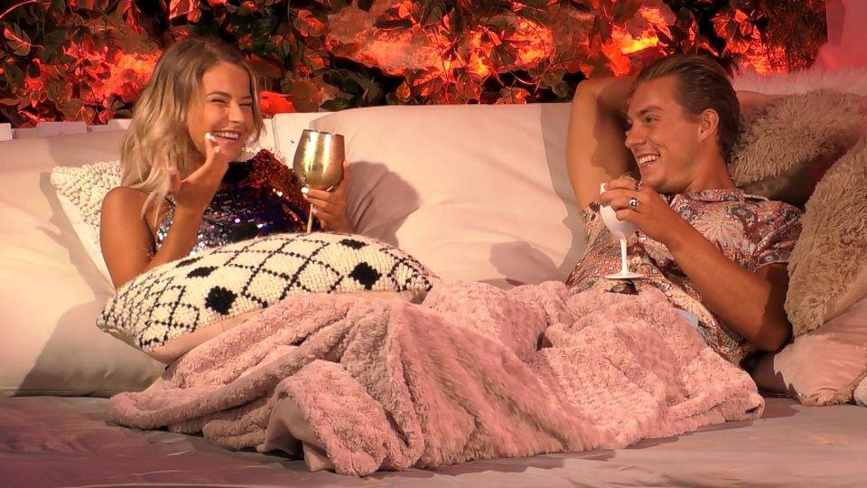 Die Zuschauer haben in der Love Island-App gevotet und entschieden, dass Henrik die Nacht mit einer Granate am Strand verbringen darf. Seine Wahl fiel auf Melanie.