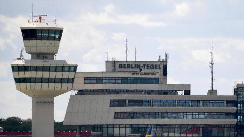 Blick auf den Tower und das Hauptgebäude vom Flughafen Tegel. Foto: Monika Skolimowska/Archivbild