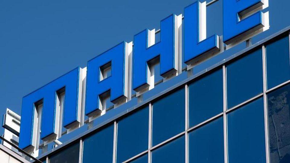 Das Logo des Automobilzulieferers Mahle steht an der Firmenzentrale. Foto: Fabian Sommer/dpa/Archivbild