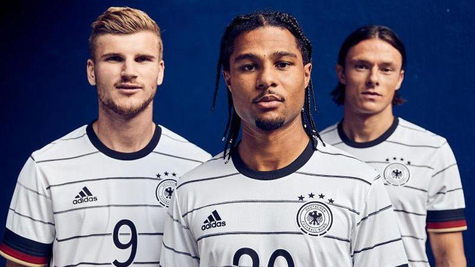 Timo Werner (l), Serge Gnabry (M) und Nico Schulz im neuen DFB-Trikot. Foto: -/adidas/dpa
