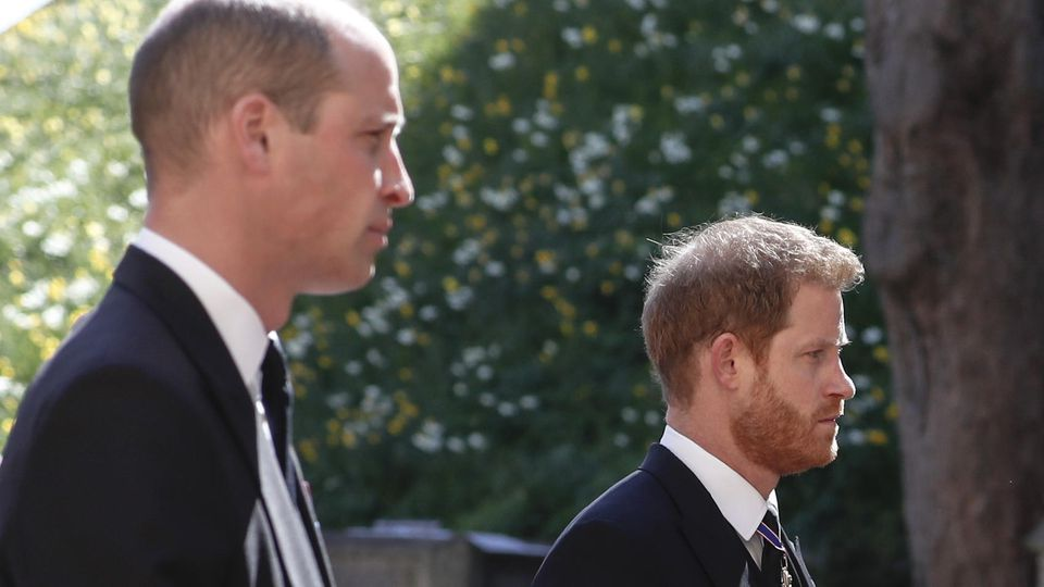 Die Prinzen William und Harry bei der Beerdigung von Großvater und Prinz Philip. Auch bei der Gedenkfeier im Ehren ihrer Mutter Diana werden sie im Juli physisch wieder vereint, sollen jedoch getrennt trauern wollen - jeder mit einer eigenen Gedenkrede.