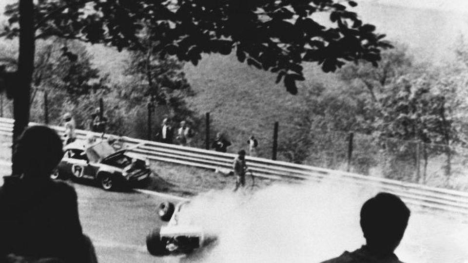 Niki Lauda überlebt 1976 einen Horrorunfall auf dem Nürburgring. Foto: UPI