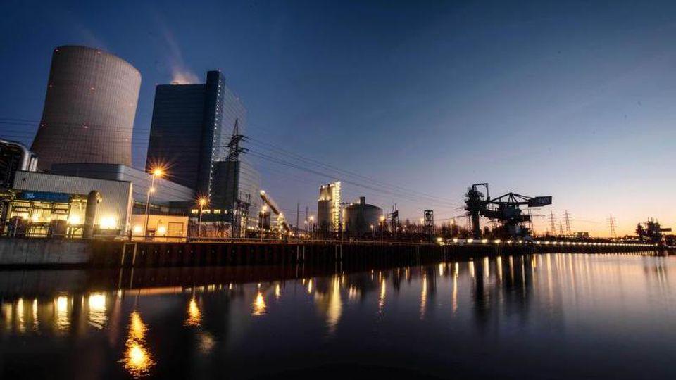 Das Uniper Kohle-Kraftwerk Datten 4 spiegelt sich im Dortmund-Ems-Kanal. Foto: Bernd Thissen/dpa/Archivbild