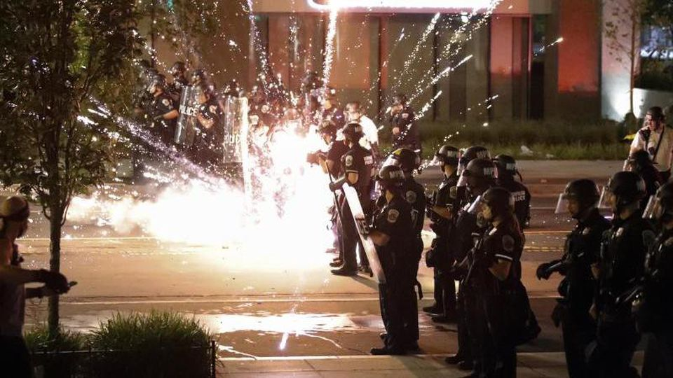 Nach dem Tod des Afroamerikaners George Floyd bei einem brutalen Polizeieinsatz in Minneapolis haben Ausschreitungen in US-Metropolen in der fünften Nacht in Folge angedauert. Foto: Alex Brandon/AP/dpa