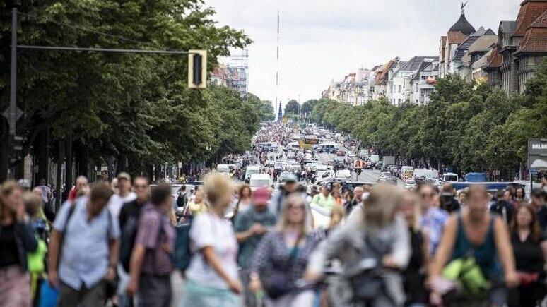 Demonstranten gegen die Corona-Maßnahmen laufen die Bismarckstraße entlang. Foto: Fabian Sommer/dpa/Archivbild