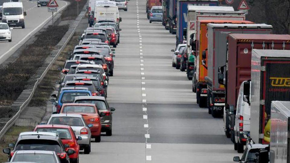 Fahrer von Pkwund Lastwagen bilden auf der Autobahn eine Rettungsgasse. Foto: Holger Hollemann/dpa/Archivbild
