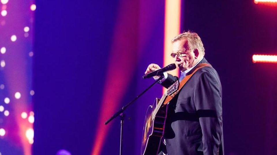 Der Musiker und Komiker Bernd Stelter steht auf einer Bühne. Foto: Philipp von Ditfurth/dpa/Archivbild