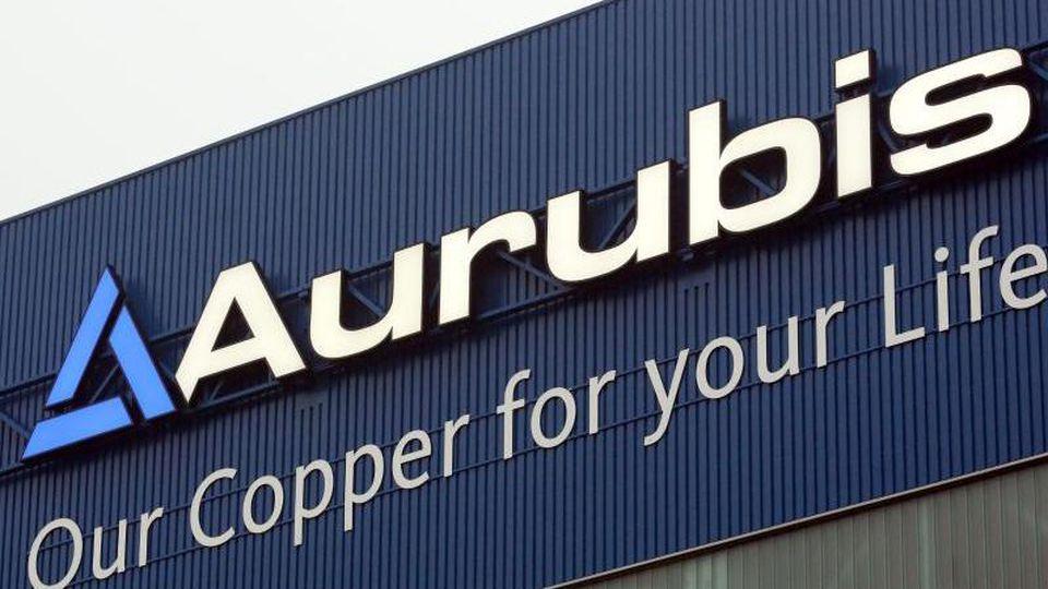 Das Logo des Kupferkonzerns Aurubis. Foto: Bodo Marks/dpa