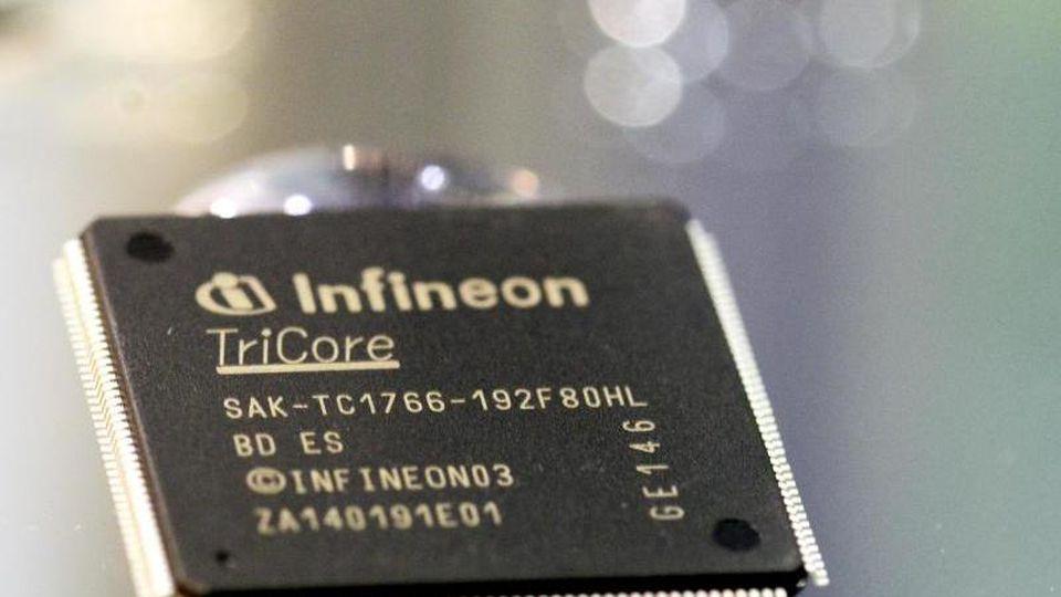 Ein Chip von Infineon ist zu sehen. Foto: Matthias Hiekel/Archiv