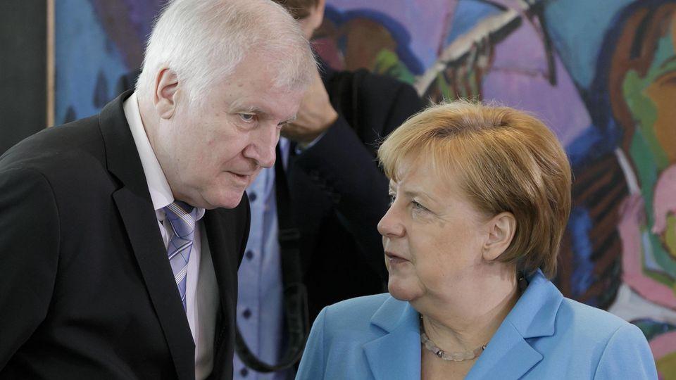 Bundeskanzlerin Angela Merkel, CDU, und Bundesinnenminister Horst Seehofer, CSU, vor Beginn einer Kabinettsitzung. Berlin, 13.06.2018, Berlin Deutschland