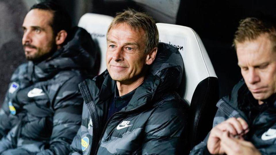 Berlins Trainer Jürgen Klinsmann (M) sieht die Hertha auf dem richtigen Weg. Foto: Uwe Anspach/dpa