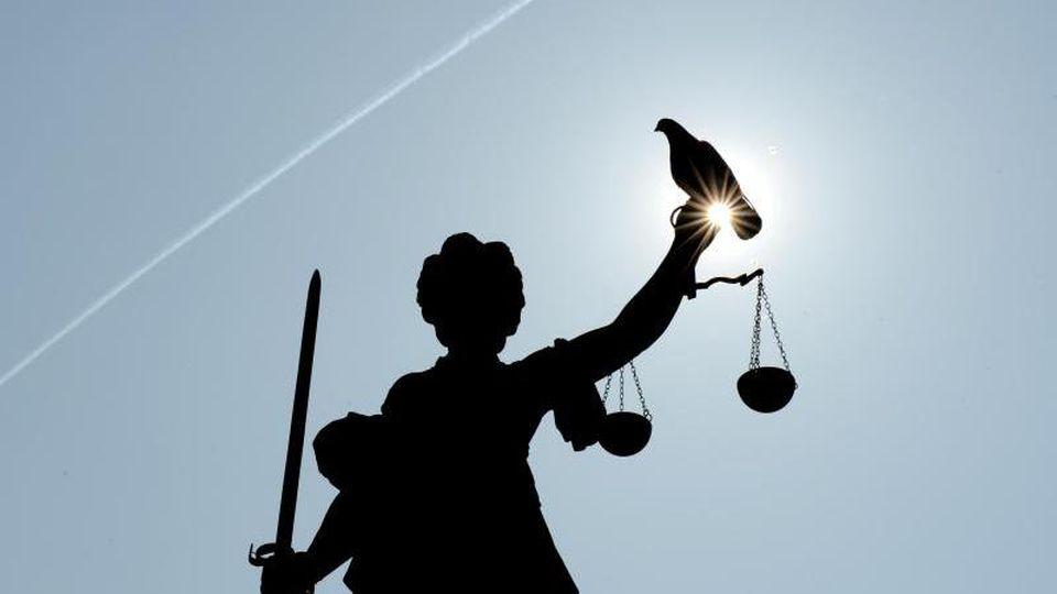 Justitia mit Taube. Foto: Arne Dedert/Archivbild