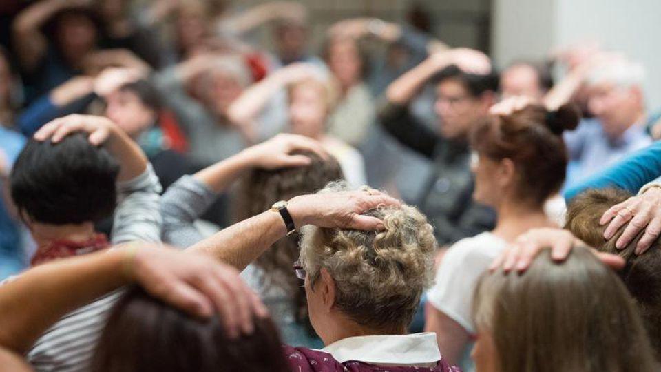 Teilnehmer während einer Probe eines Chors. Foto: Sebastian Kahnert/zb/dpa