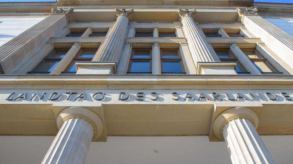 Eine Außenansicht des Saarländischen Landtags. Foto: Oliver Dietze/Archivbild