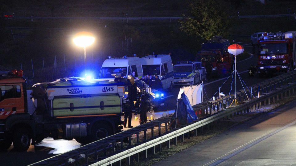 11.09.2019, Berlin/Brandenburg: Polizisten stehen an der Anschlussstelle Hellersdorf auf der A10 nordöstlich vonBerlin auf der Fahrbahn. Bei einer Fahrzeugkontrolle durch die Polizei ist am Mittwoch auf dem Berliner Ring ein Mann durch Schüsse von B