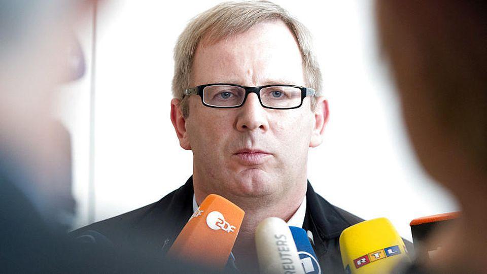 Johannes Kahrs, Sprecher des Seeheimer Kreises in der SPD, spricht am 25.09.2013 im Reichstag in Berlin nach einer Sitzung der SPD-Bundestagsfraktion mit Journalisten. Foto: Maurizio Gambarini/dpa +++(c) dpa - Bildfunk+++