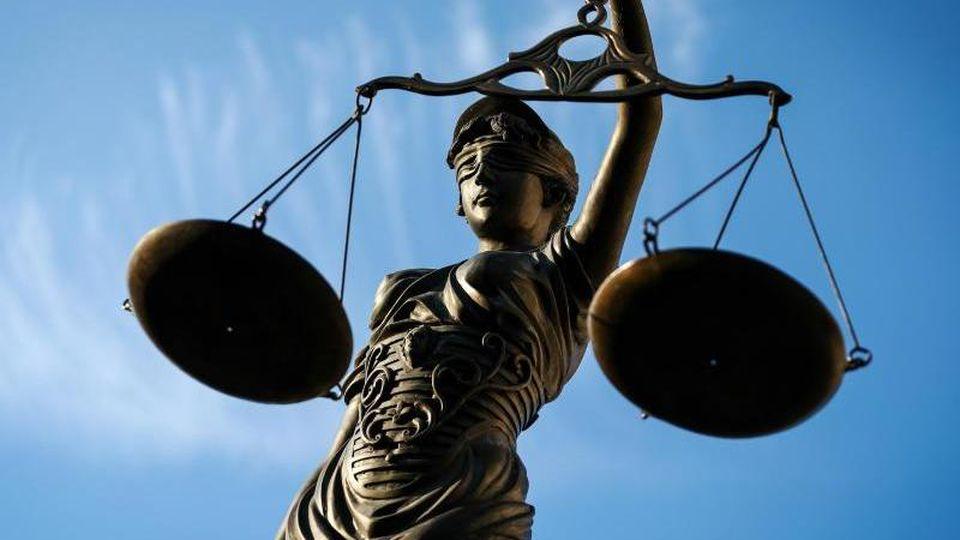 Eine Statue der Justitia hält eine Waage in ihrer Hand. Foto: David-Wolfgang Ebener/dpa/Archiv
