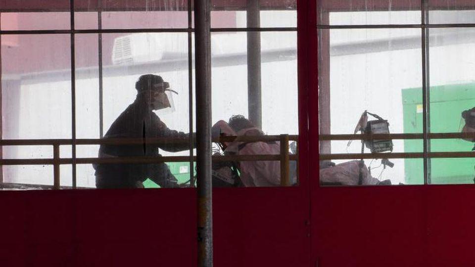 Medizinisches Personal schiebt einen Patienten in die Notaufnahme eines New Yorker Krankenhauses. Foto: Mary Altaffer/AP/dpa