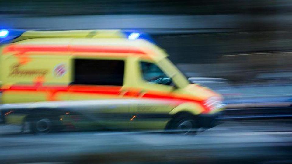 Ein Krankenwagen im Einsatz. Foto: Arno Burgi/Archiv