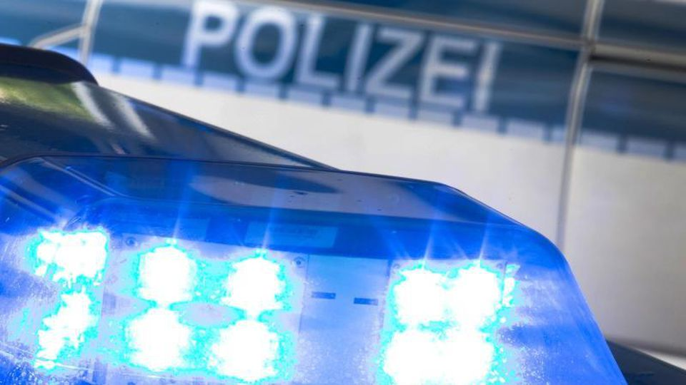 Ein Blaulicht auf dem Dach eines Polizeiwagens. Foto: Friso Gentsch/dpa/Symbolbild