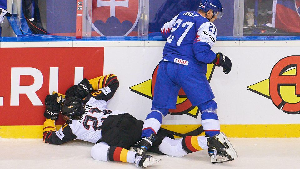 Moritz SEIDER DEB 21 injured after Check Bandencheck Koerperangriff Bande Bodycheck Ladislav