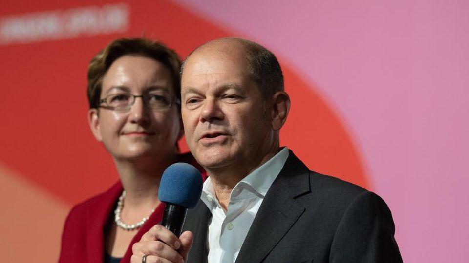 Klara Geywitz und Olaf Scholz, Bewerberpaar für den Vorsitz der SPD, stellt sich bei einer Regionalkonferenz vor. Foto: Swen Pförtner/Archiv