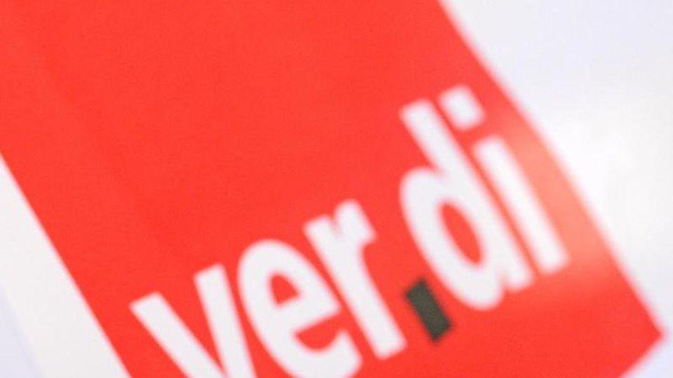 Das Logo der Gewerkschaft Verdi ist bei einem Warnstreik zu sehen. Foto: Patrick Seeger/Archiv