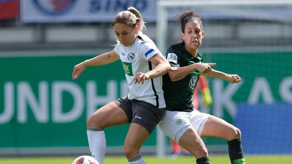Wolfsburgs Claudia Neto (r) und Potsdams Gina Chmielinski kämpfen um den Ball. Foto: Peter Steffen/dpa/Archivbild