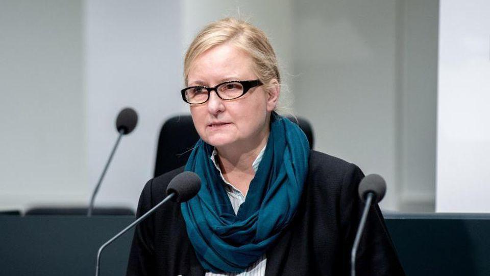 Claudia Schröder spricht zur Presse. Foto: Hauke-Christian Dittrich/dpa