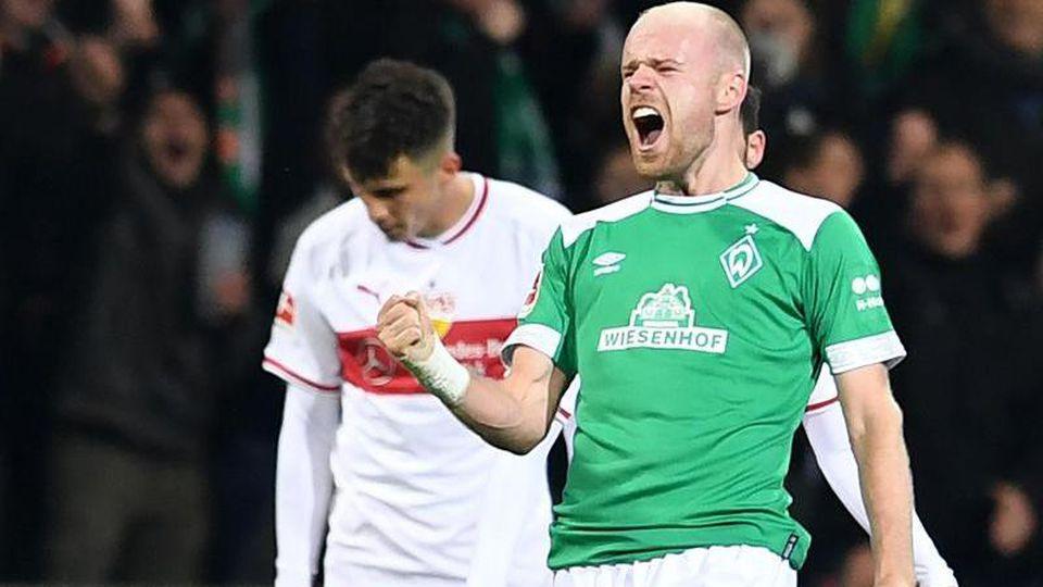 Werders Davy Klaassen jubelt über sein Tor zum 1:1. Im Hintergrund lässt Stuttgarts Marc-Oliver Kempf den Kopf hängen. Foto:Carmen Jaspersen