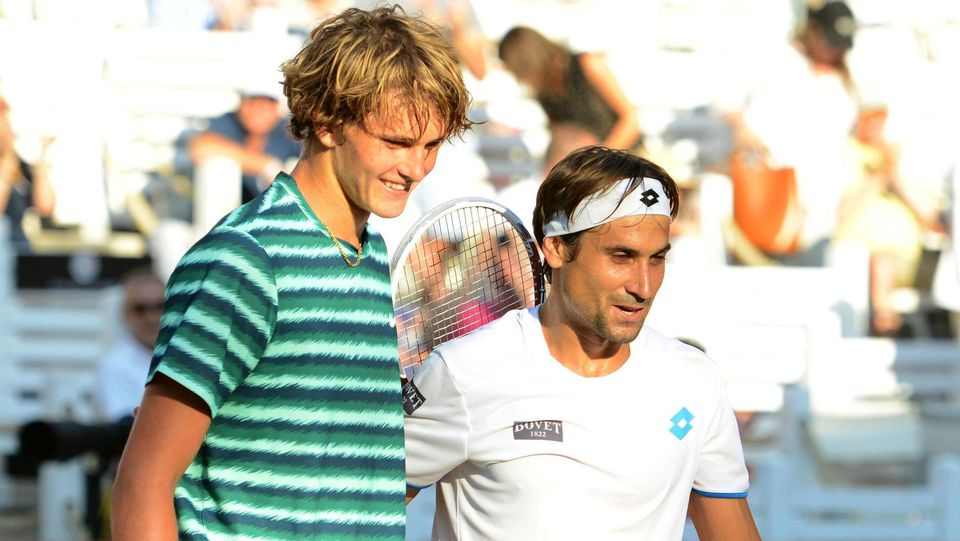 L-R, Alexander Zverev (GER) gratuliert David Ferrer (ESP) nach dem Spiel am Netz. Bet-At-Home Open 2014, Hamburg, Germa