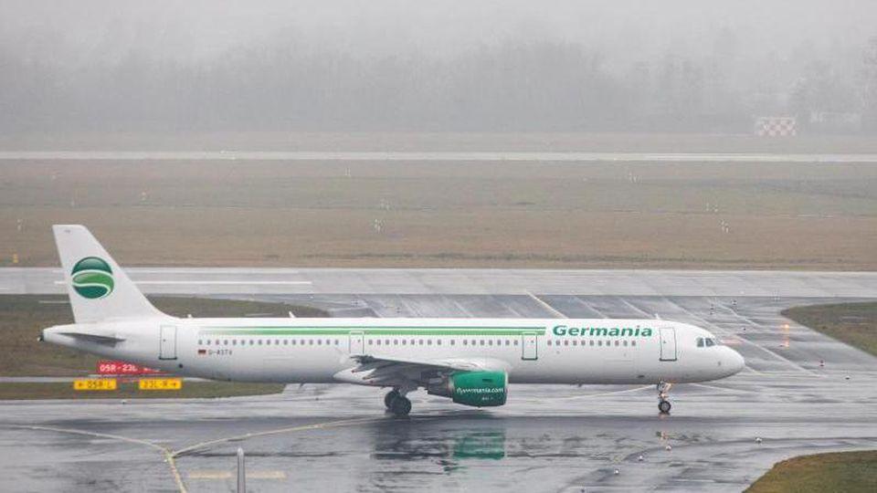 Ein Flugzeug der Airline Germania kommt auf einer Landebahn an. Foto: Marcel Kusch/Archiv