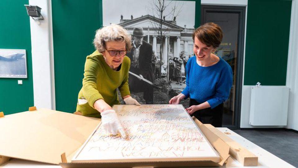 Kuratorin Daniela Sannwald (l) und Kristin Halm, Leiterin der Kunsthalle Lüneburg, bei den Vorbereitungen zur Beuys-Schau. Foto: Philipp Schulze/dpa