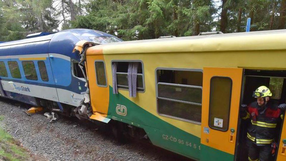 Zwei Züge stehen nach einer Kollision ineinander verkeilt auf einem Gleis. Foto: Slavomír Kubeš/CTK/dpa/Archiv