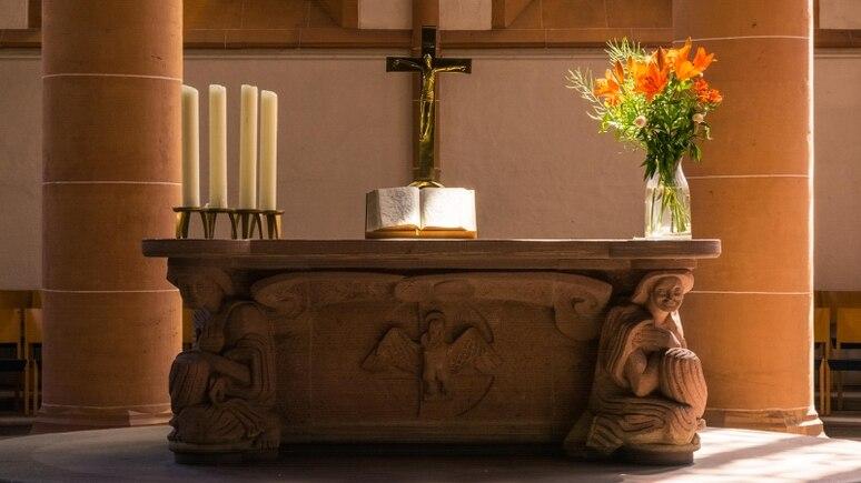 Schöner Altar mit aufgeschlagener Bibel