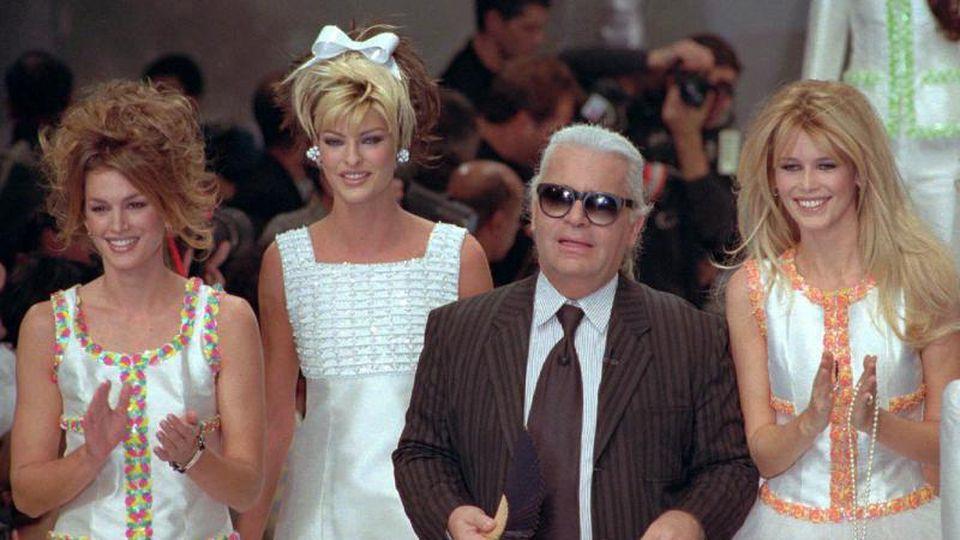 Karl Lagerfeld mit den Models Cindy Crawford (v.l) aus den USA, Linda Evangelista aus Kanada, und Claudia Schiffer aus Deutschland (1995). For: Remy De La Mauviniere/AP Foto: Remy De La Mauviniere