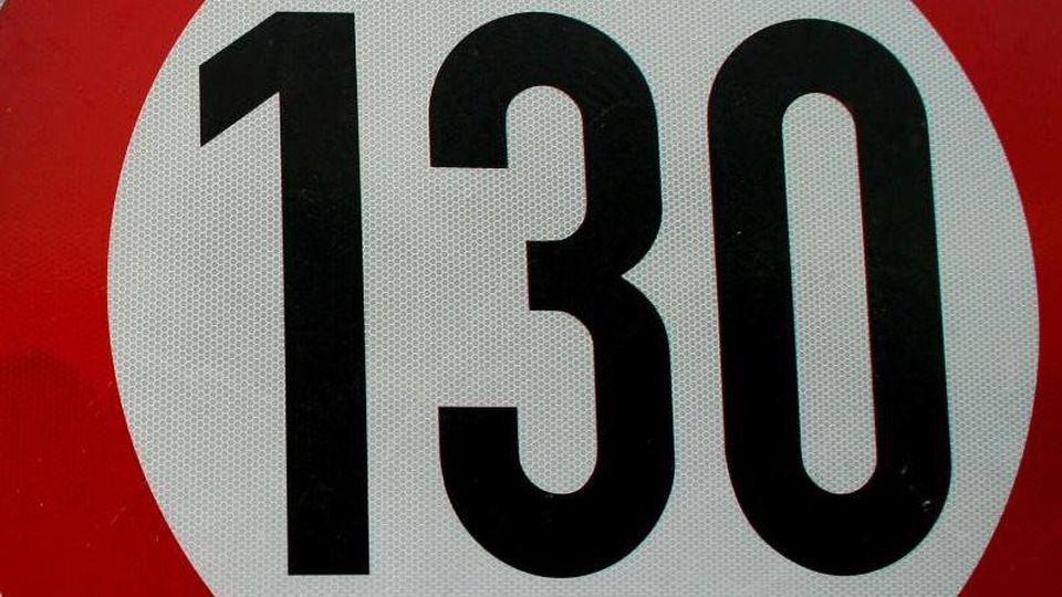 Tempo-130-Schild auf der Autobahn A 10 am nördlichen Berliner Ring. Foto: Patrick Pleul