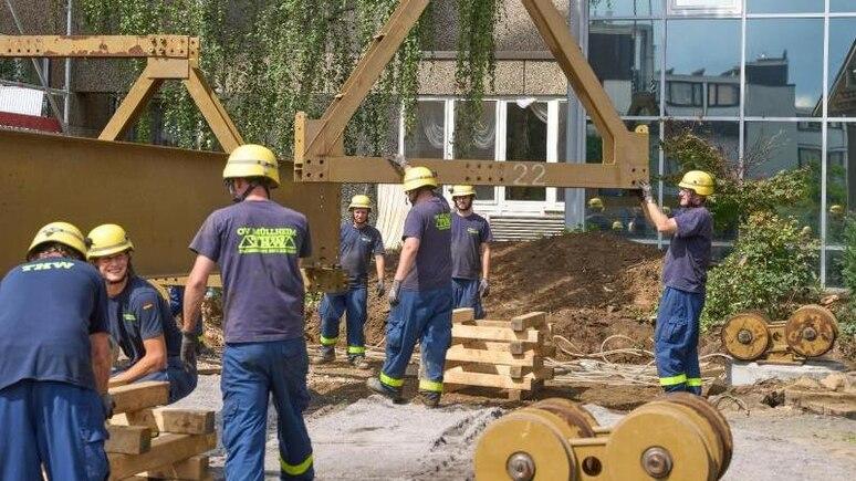 Helfer des Technischen Hilfswerks errichten eine Behelfsbrücke. Foto: Thomas Frey/dpa/Archivbild