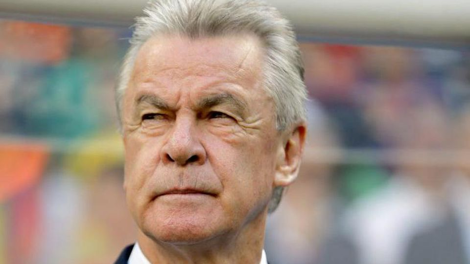 Ex-Trainer Ottmar Hitzfeld gratuliert dem BVBzur Rückholaktion von Mats Hummels. Foto: Robert Ghement/EPA
