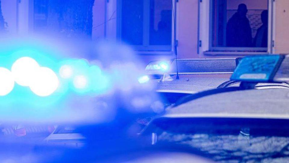 Polizeifahrzeuge stehen mit eingeschaltetem Blaulicht. Foto: Armin Weigel/dpa/Symbolbild