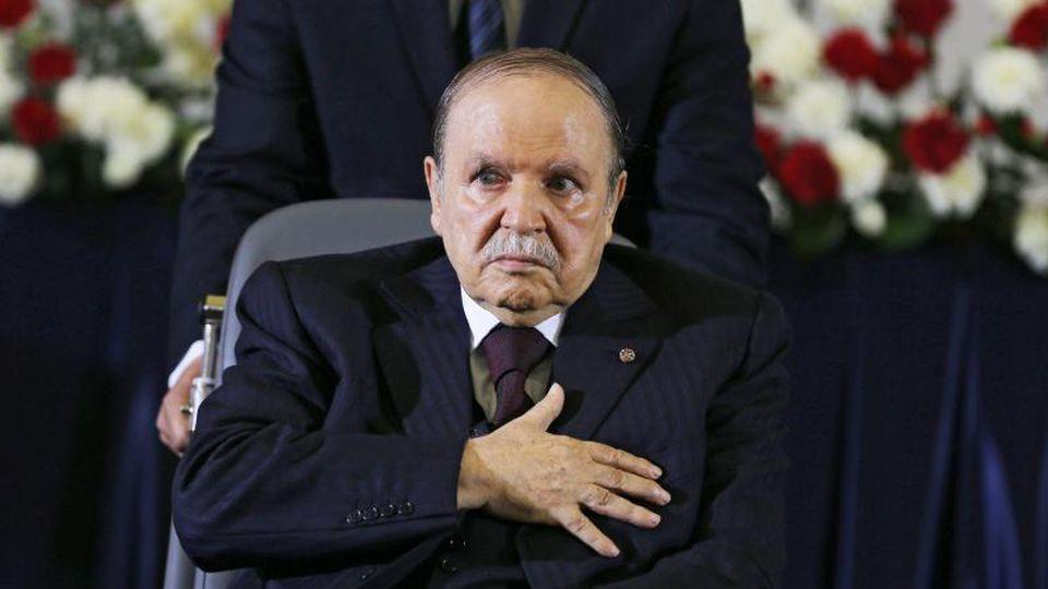 Der algerische Präsident Abdelaziz Bouteflika sitzt seit einem Schlaganfall 2013 im Rollstuhl und hat große Probleme zu sprechen. Foto: Mohamed Messara/EPA