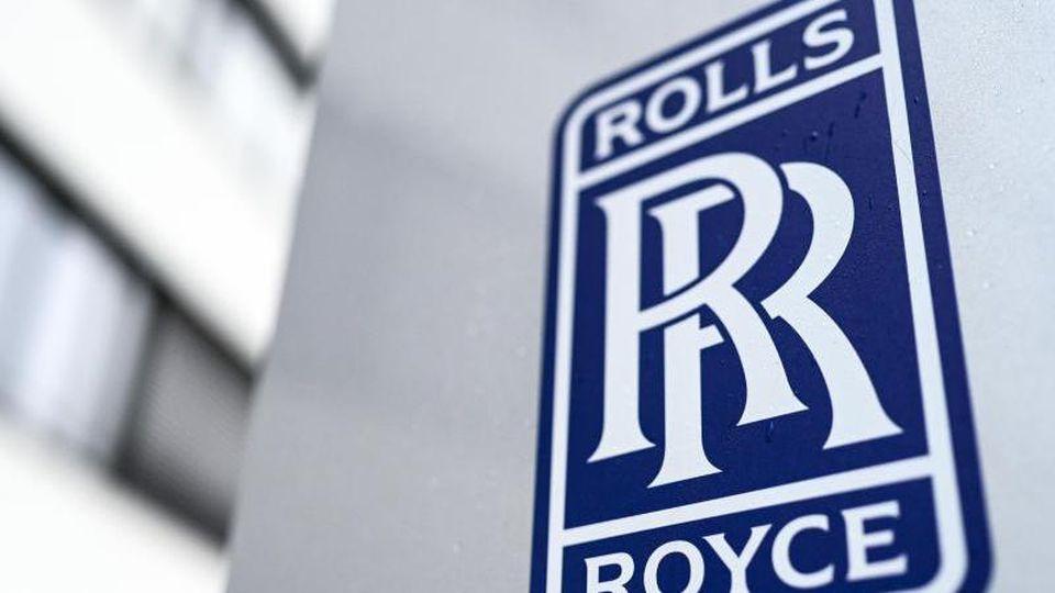 Blick auf das Logo von Rolls-Royce. Foto: Felix Kästle/dpa/Archivbild
