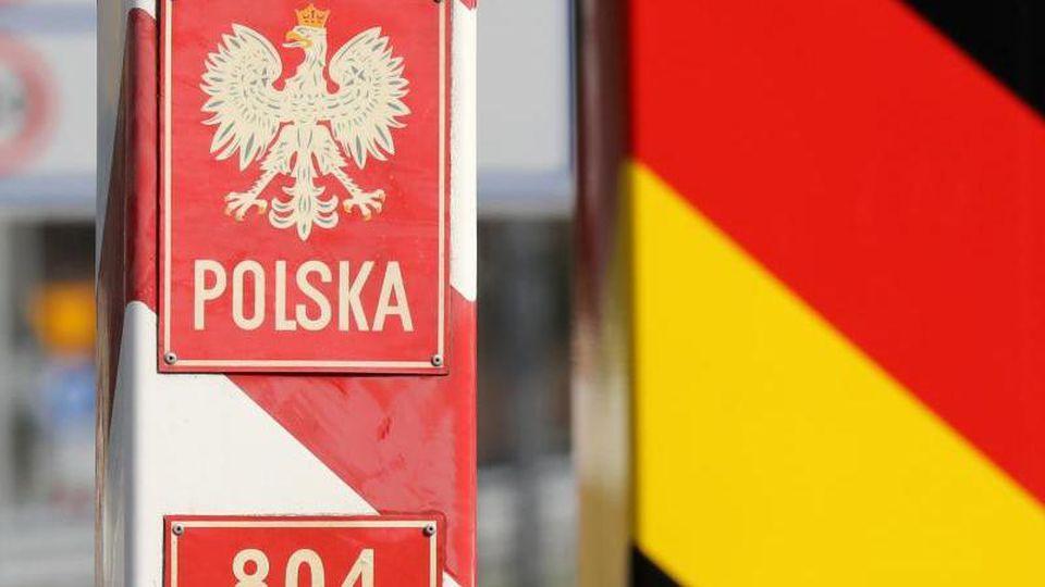 Grenzpfähle an einem ehemaligen Grenzübergang zwischen Deutschland und Polen. Foto: Bernd Wüstneck/dpa-Zentralbild/dpa