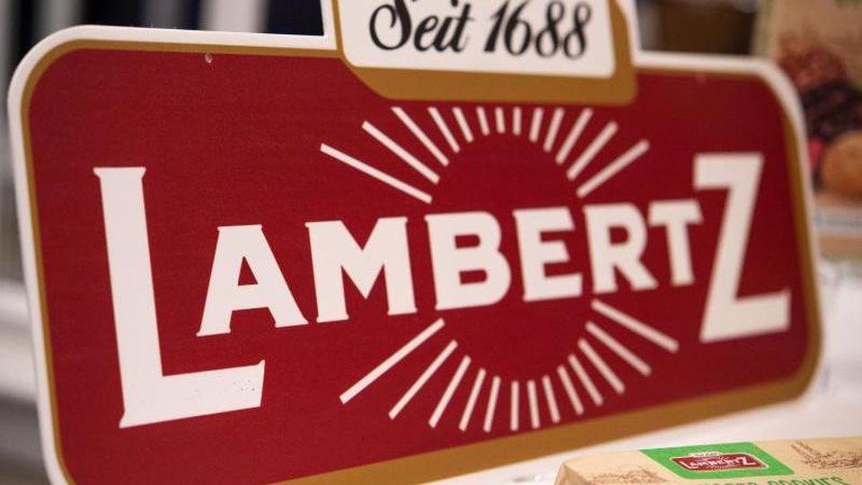 """Ein Schild mit der Aufschrift """"Lambertz"""" steht auf einem Tisch. Foto: Johannes Neudecker/dpa"""