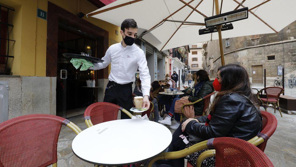 Betrieb auf der Terrasse einer Bar in Palma de Mallorca. Foto: Isaac Buj/EUROPA PRESS/dpa