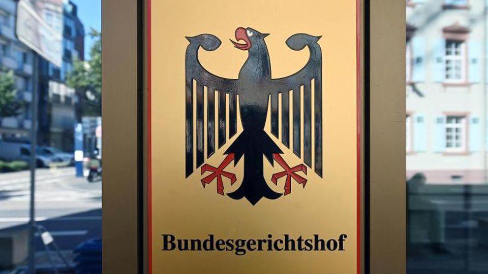Ein Hinweisschild mit Bundesadler und dem Schriftzug Bundesgerichtshof. Foto: Uli Deck/dpa/Symbolbild